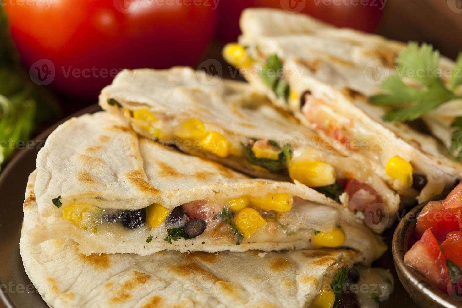 vers gemaakte quesadilla's met maïs en bonen foto