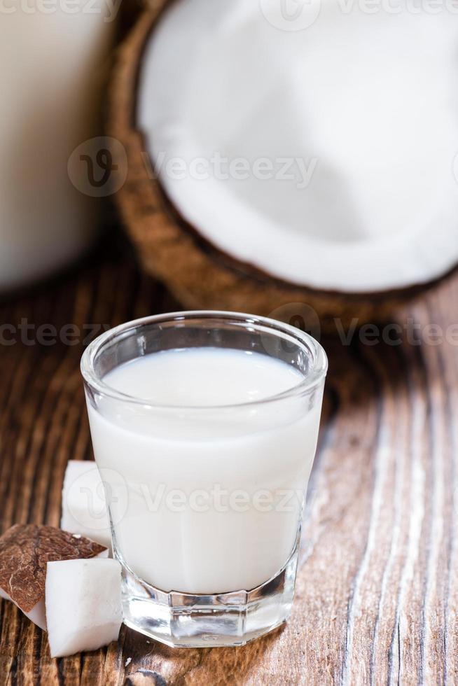borrelglas met kokoslikeur foto