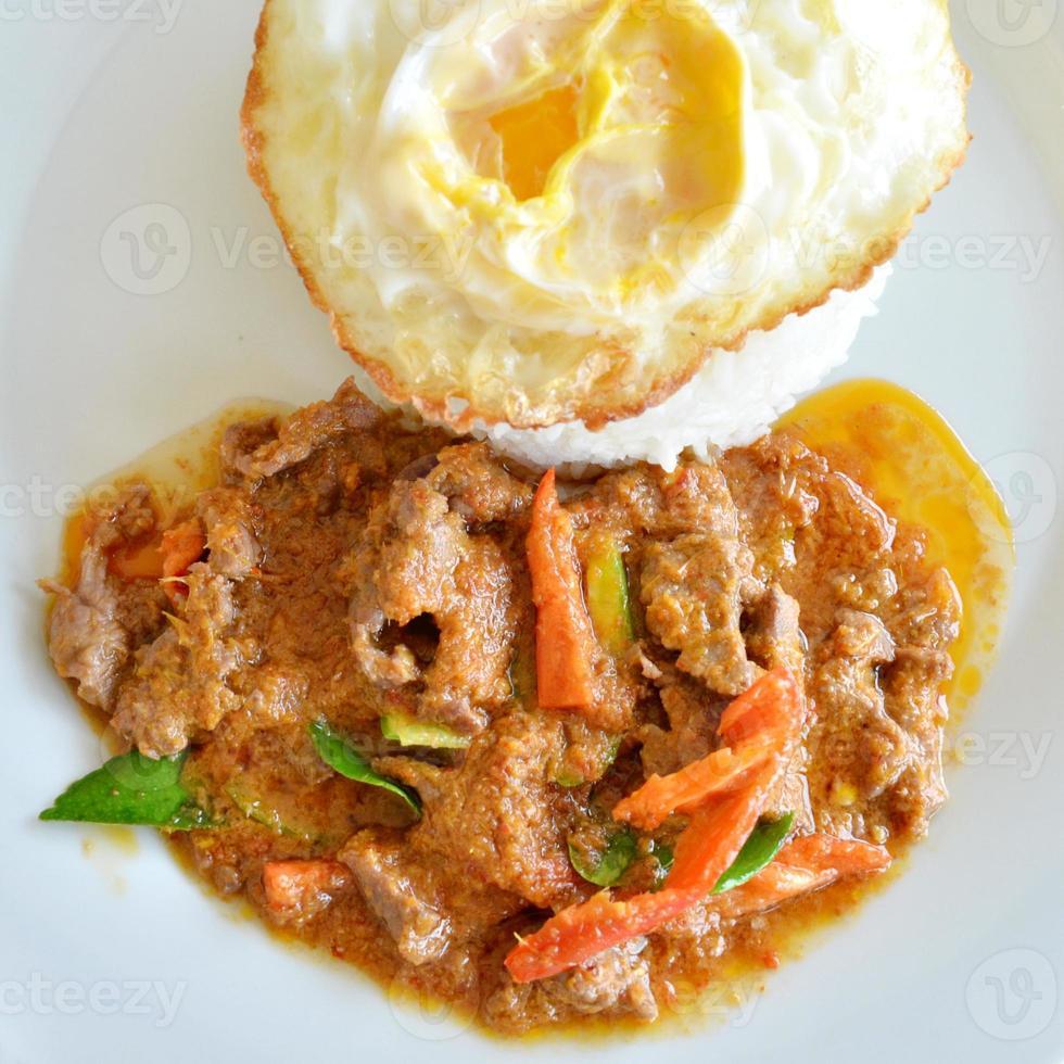 rijst en curry met gebakken foto