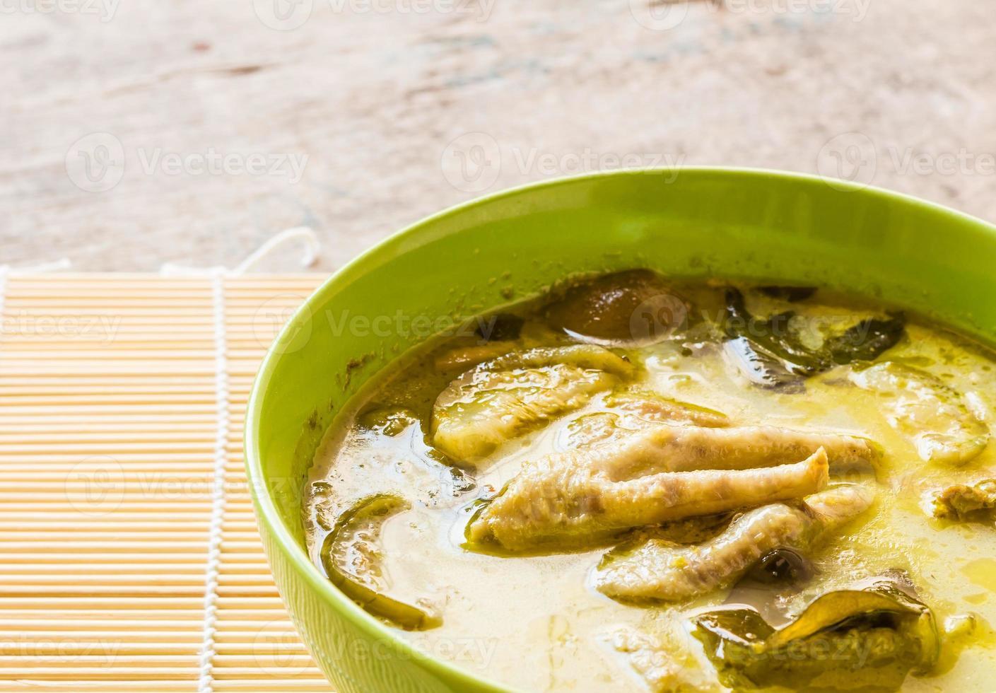 Thaise kip groene curry in kom foto