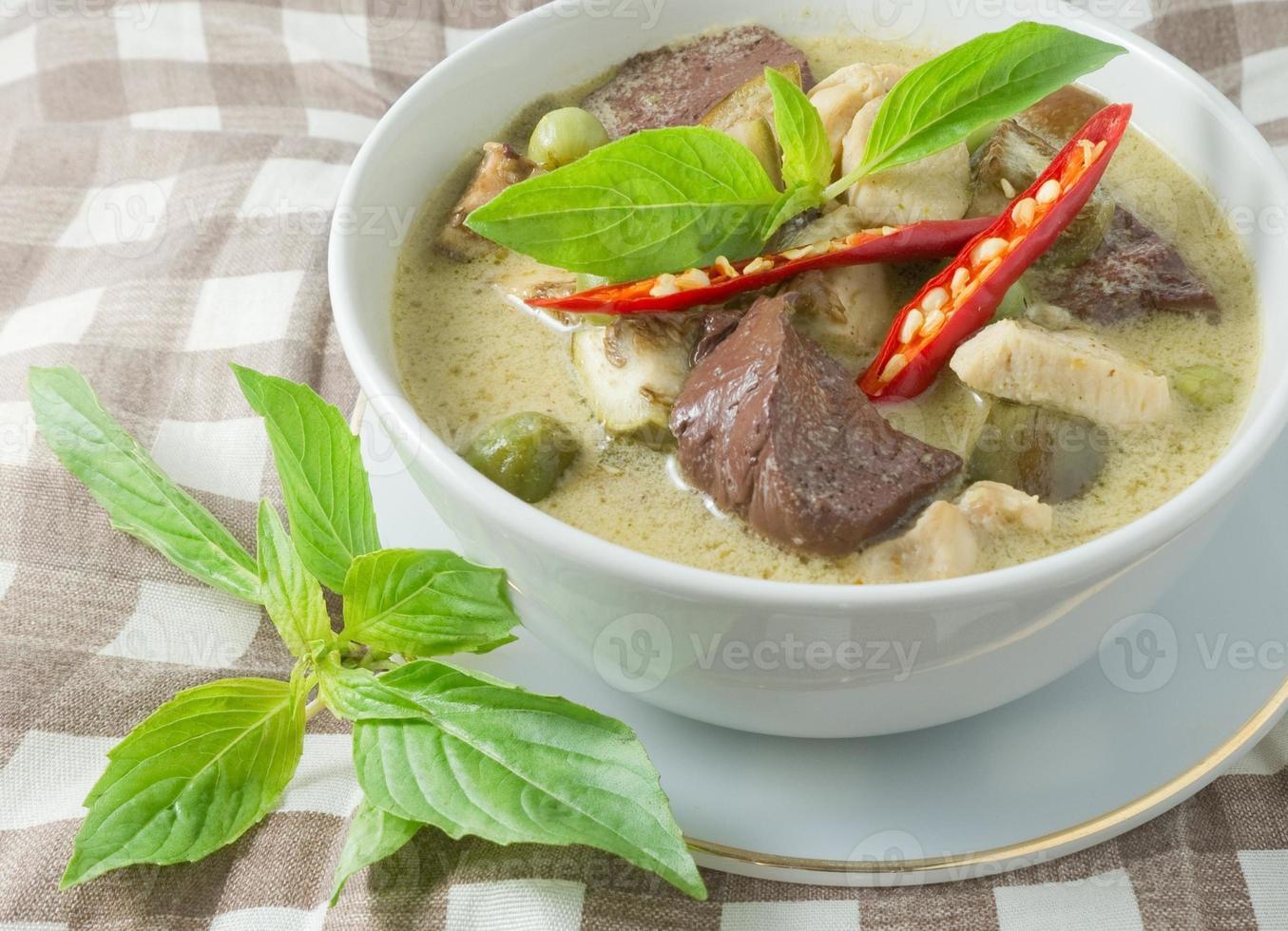 Thaise groene curry met kip in kokosmelk foto