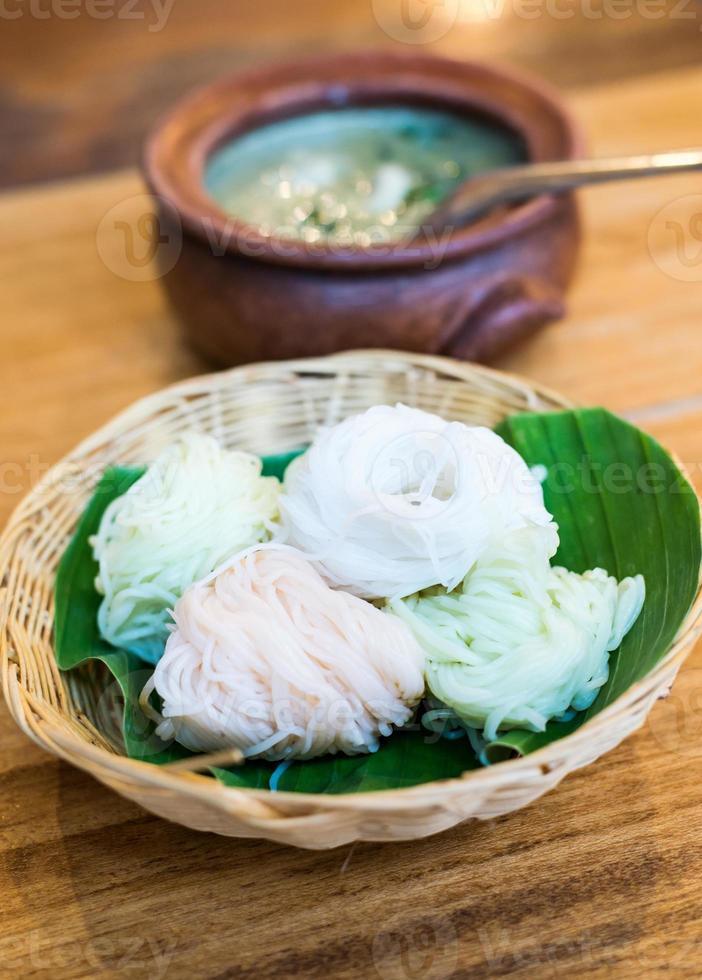 Thais eten, rijstnoedels met curry foto