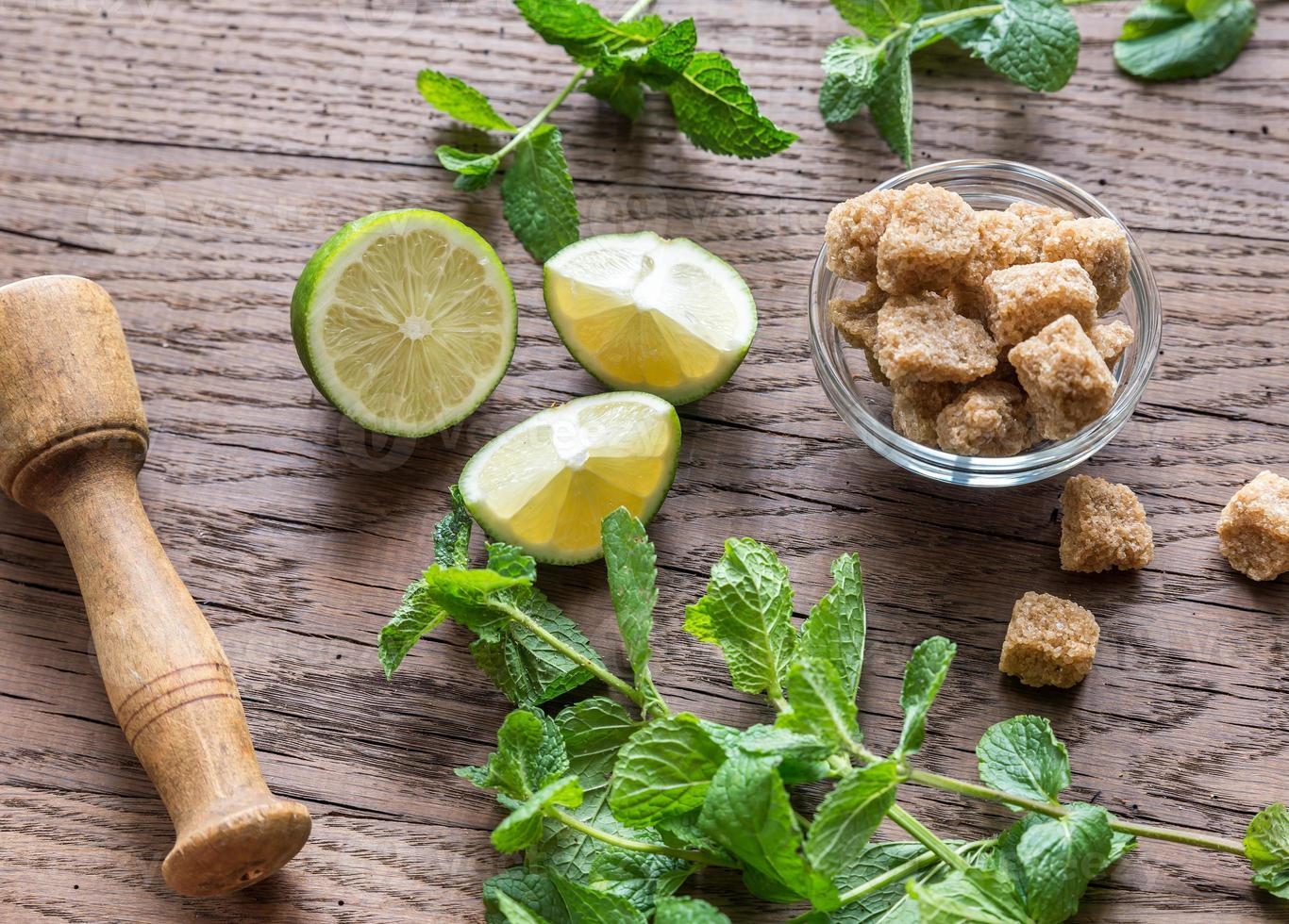 ingrediënten voor mojito op de houten achtergrond foto