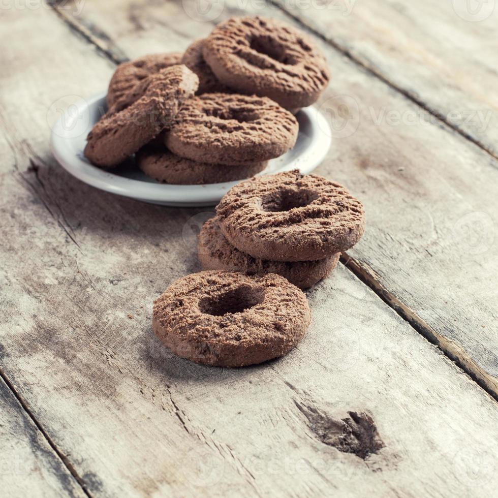 chocolate chip cookies op houten tafel foto