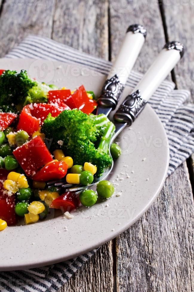 kleurrijke groenten gekookt foto