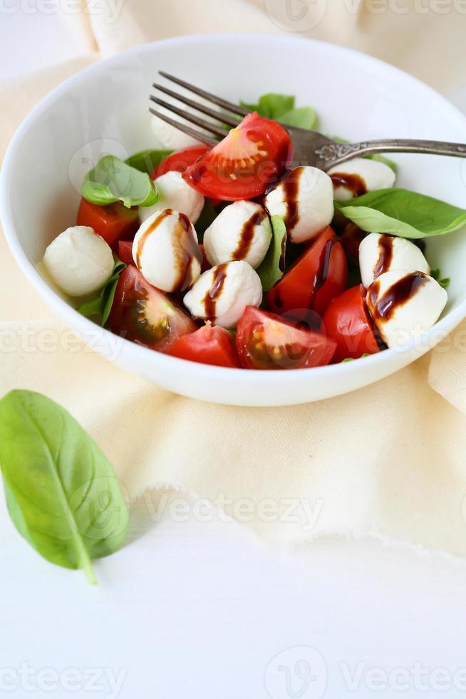 tomatensalade met cheeese balletjes foto