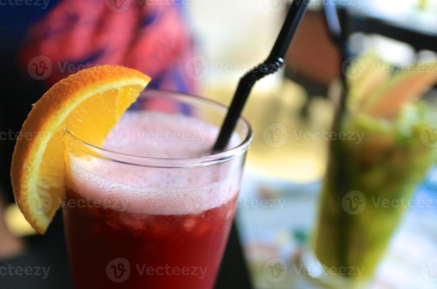 cocktail met granaatappelsap en sinaasappel foto