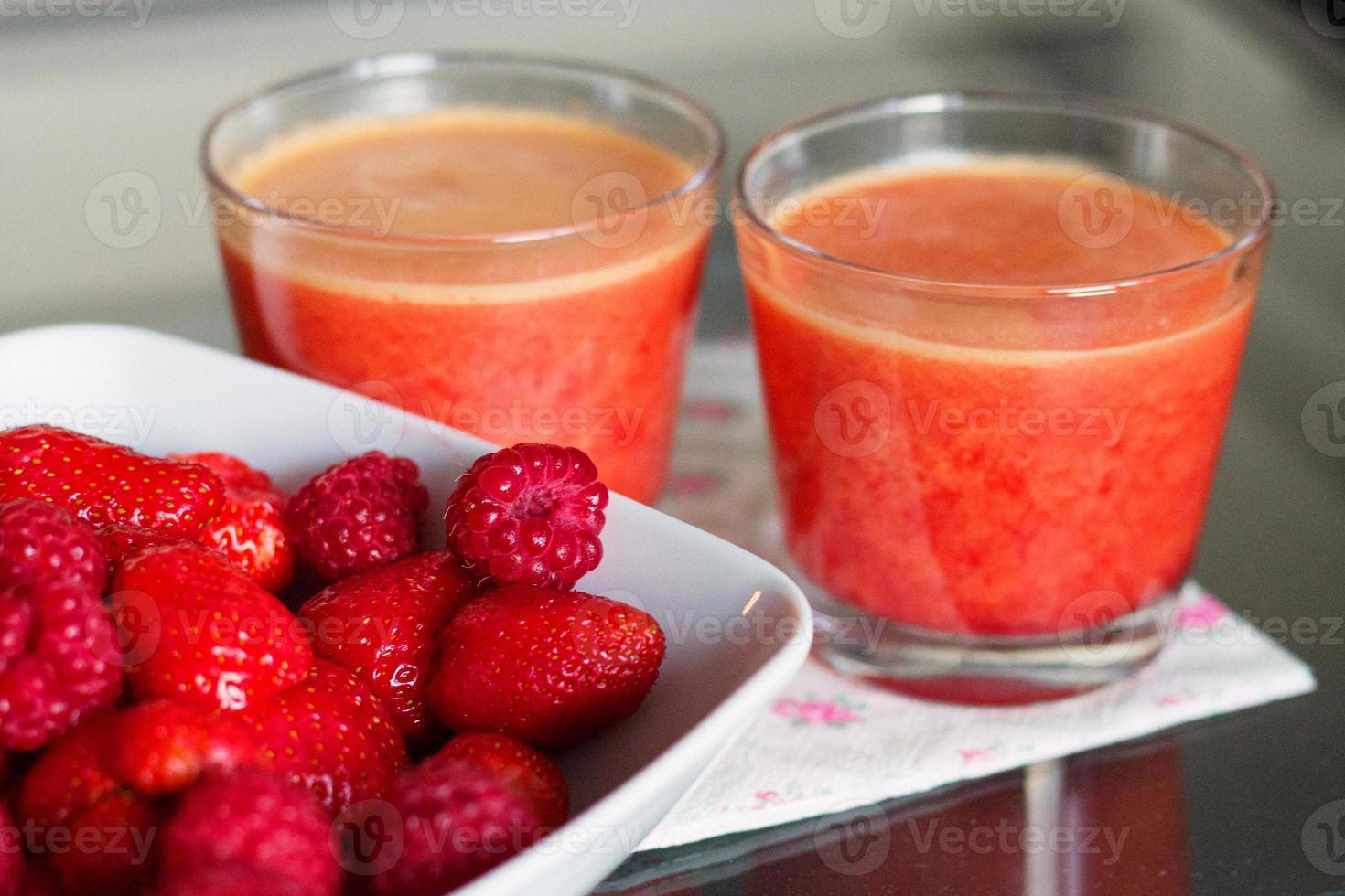 smoothie van framboos, aardbei en sinaasappel foto