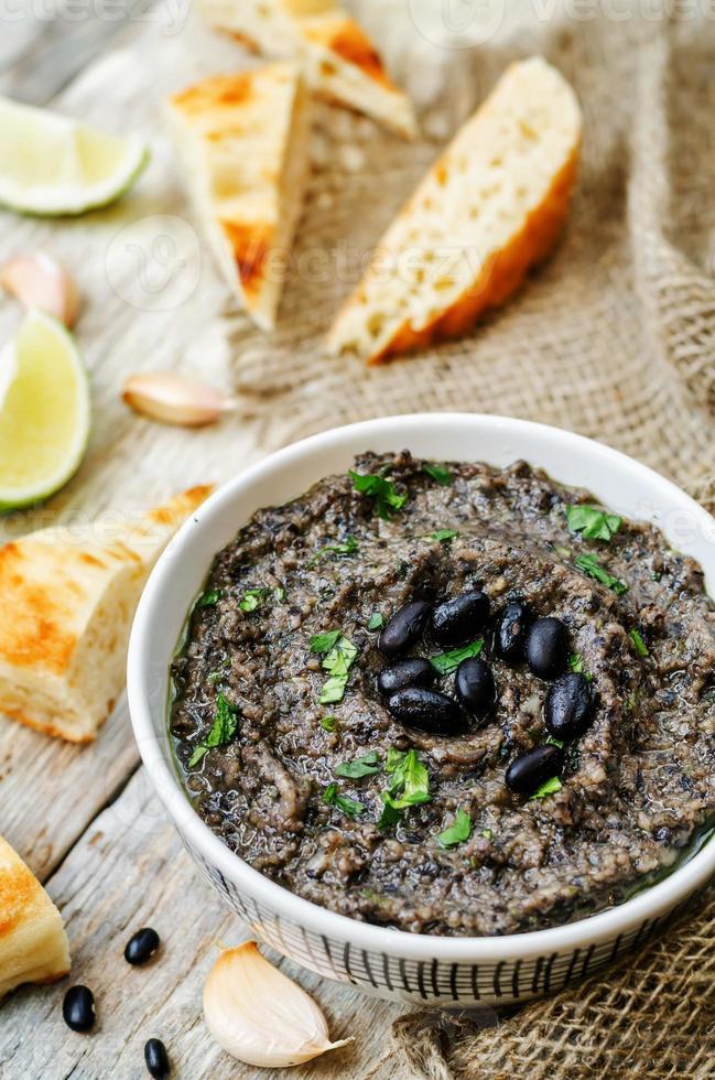 hummus van zwarte bonen foto
