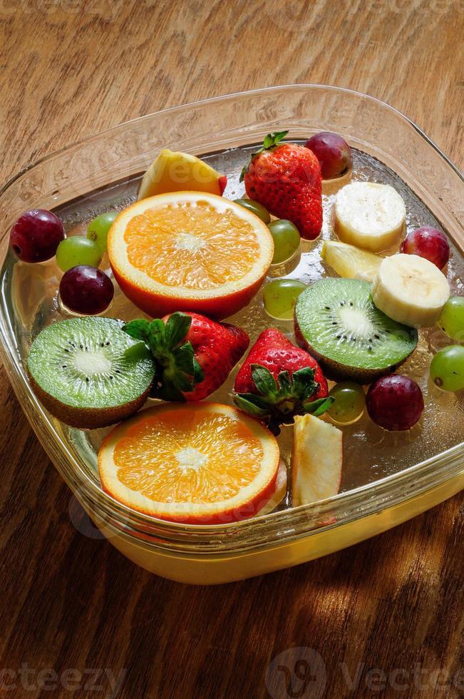 sappige vruchten op een houten bord foto