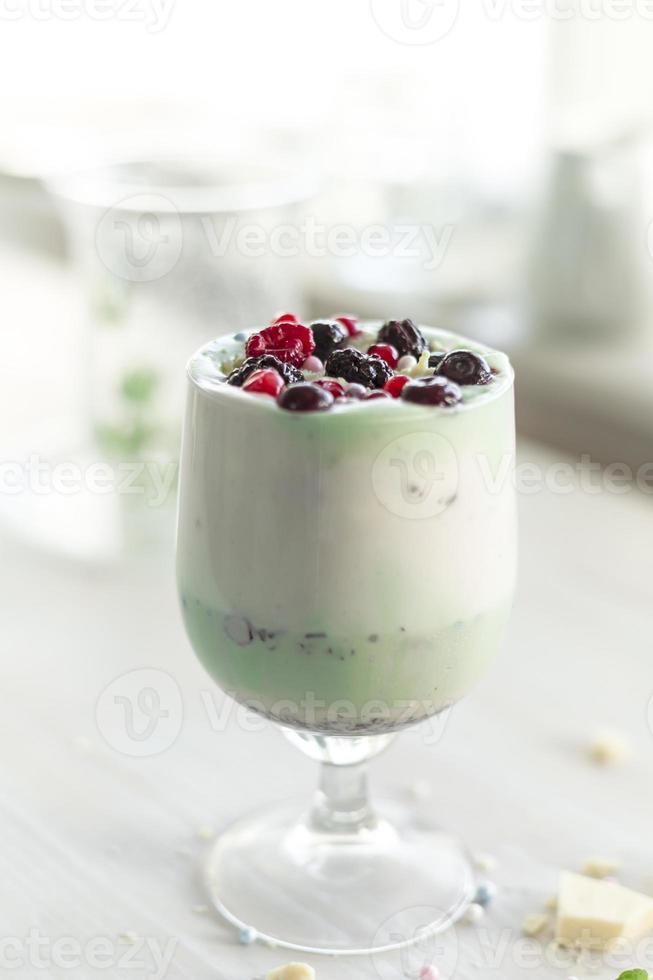 bessenfruit en pistache avocado natuurlijke ingrediënt milkshake foto