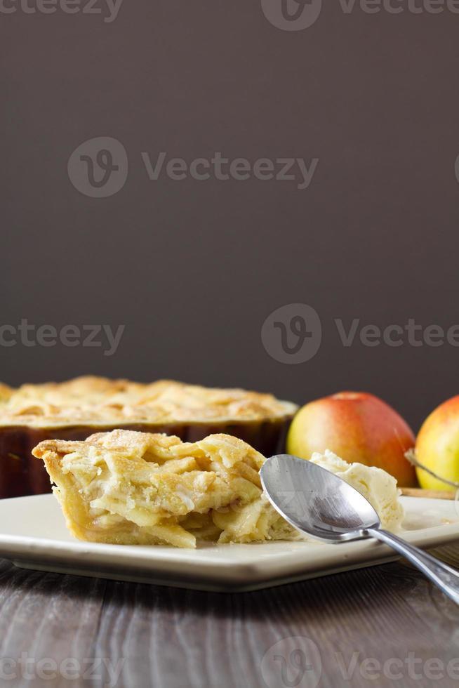 gedeeltelijk gegeten stuk appeltaart a la mode foto