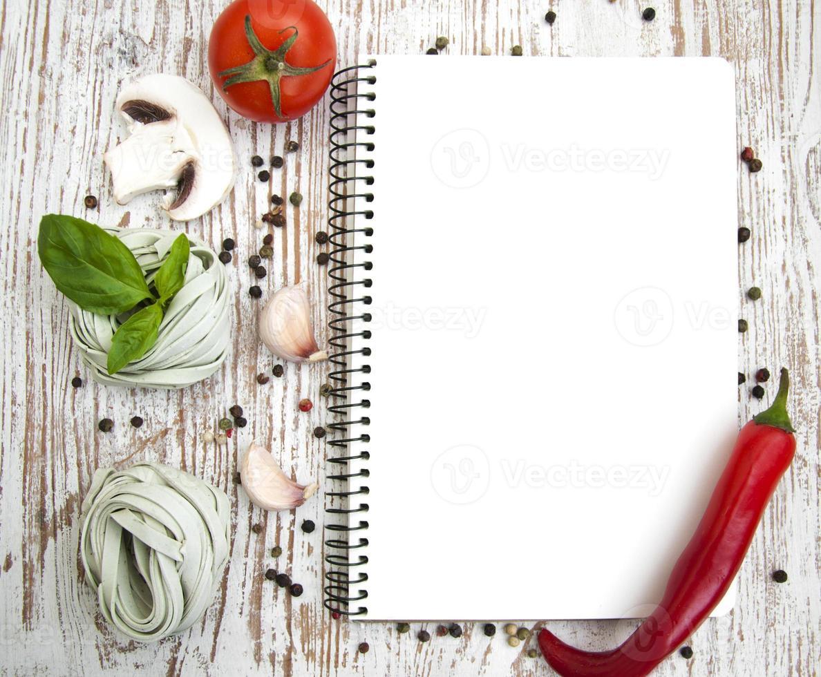 blanco papier voor recepten met ingrediënten foto