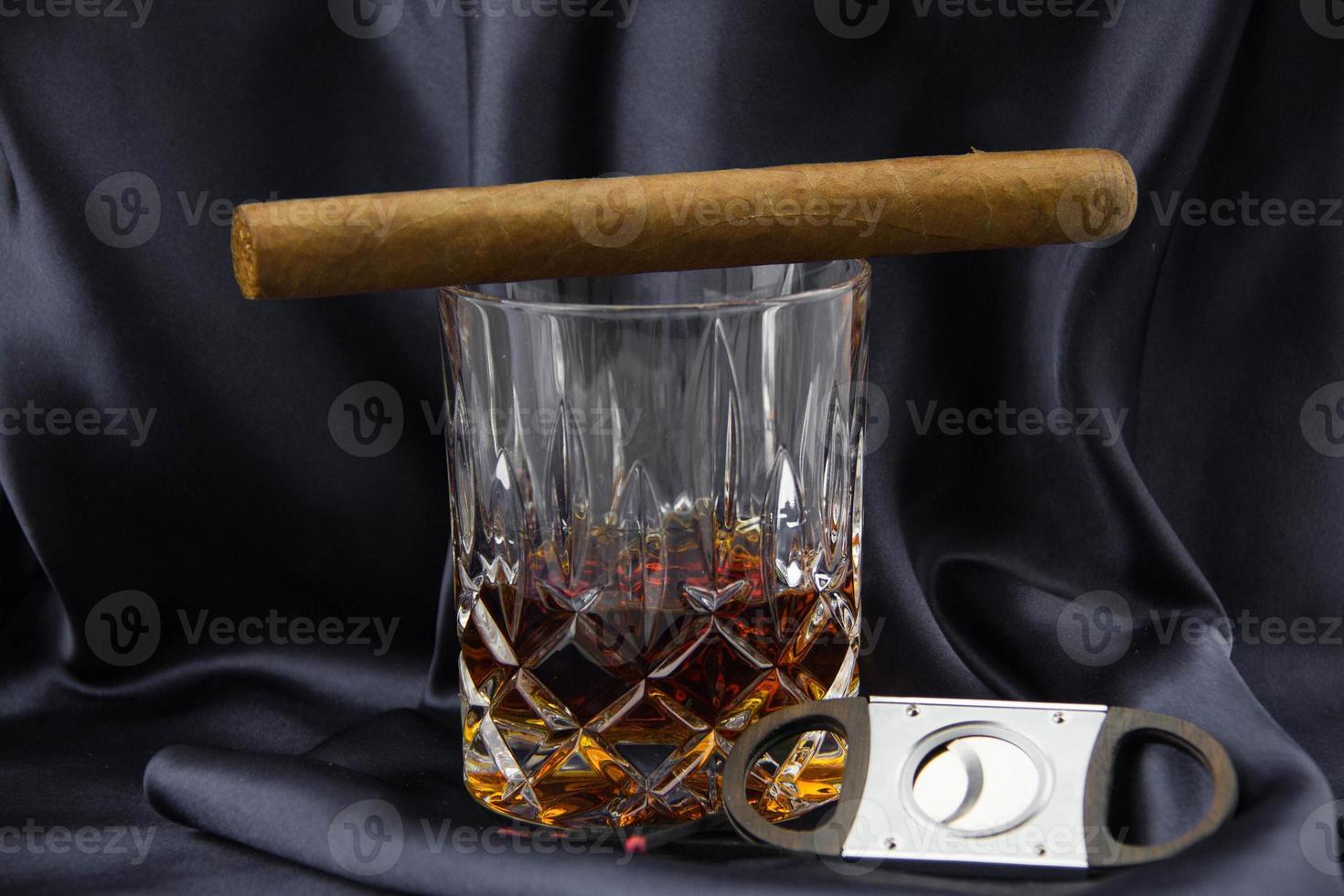glas whisky en sigaar foto
