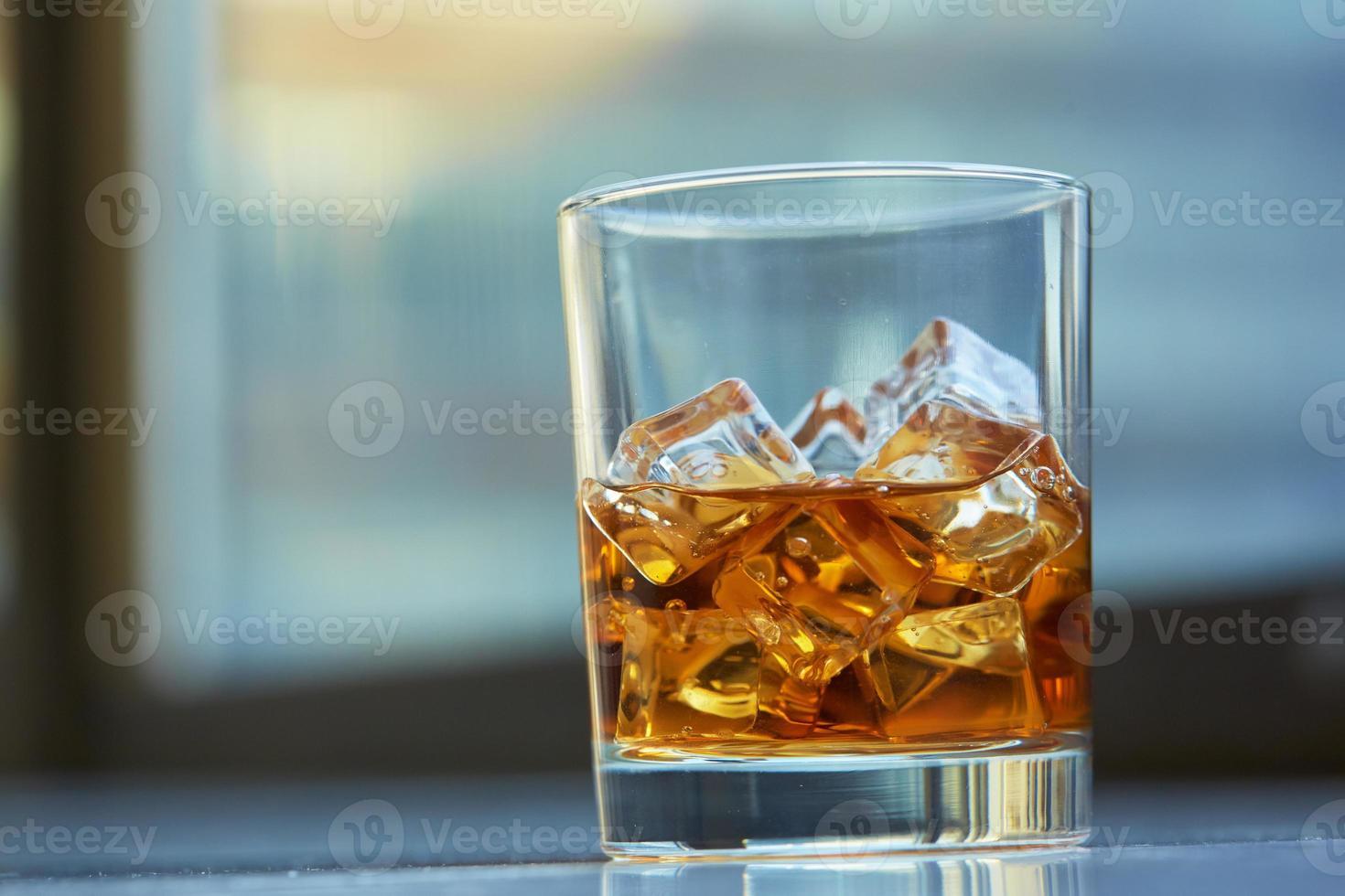 whisky met ijs op een tafel foto