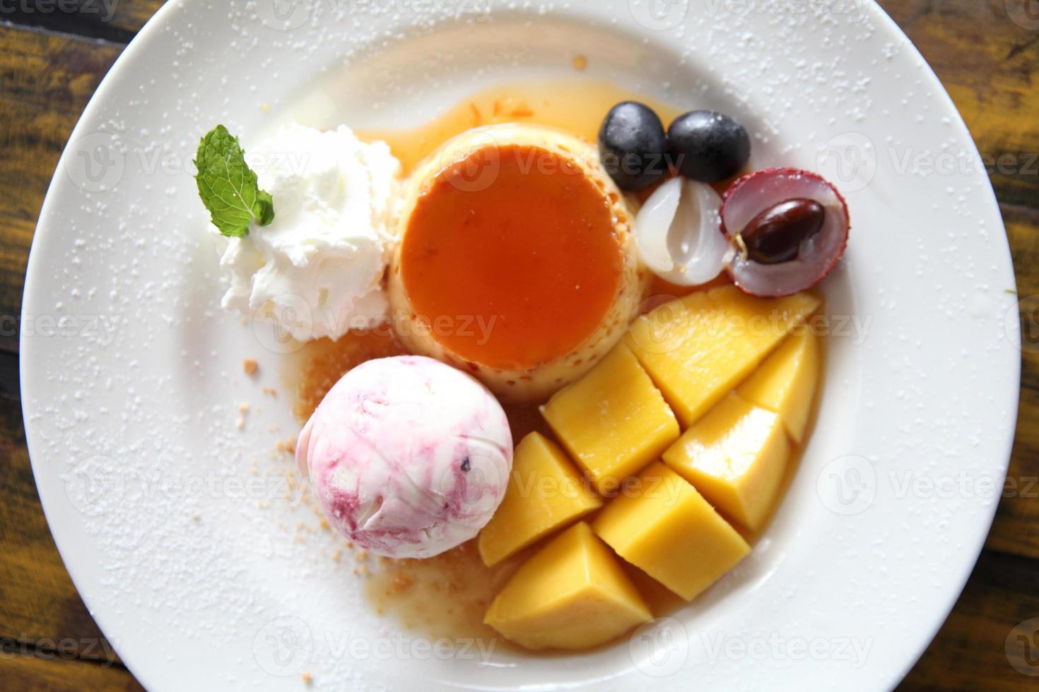 ijs met pudding en fruit foto