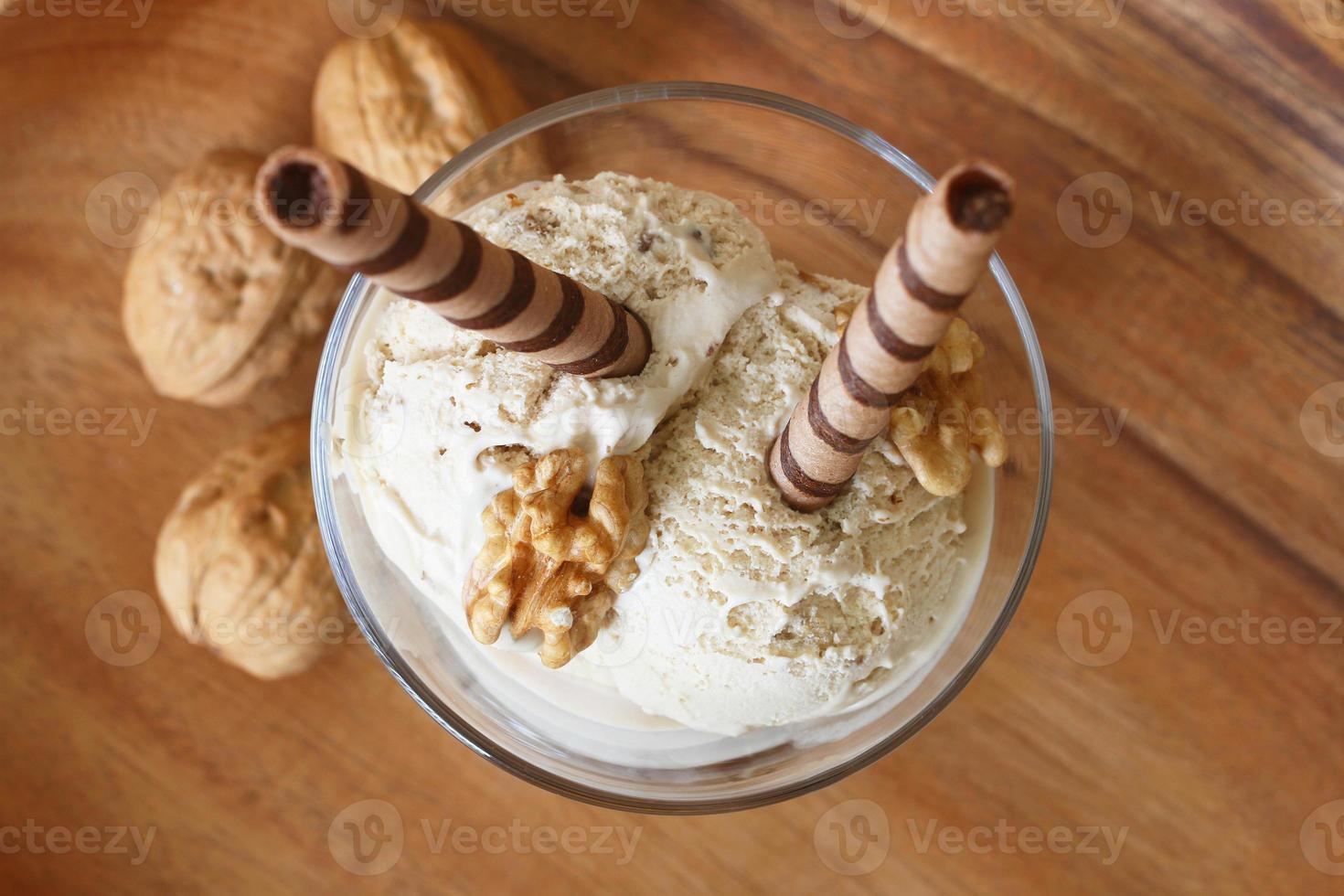 walnotenijs dessert met chocolade wafels foto