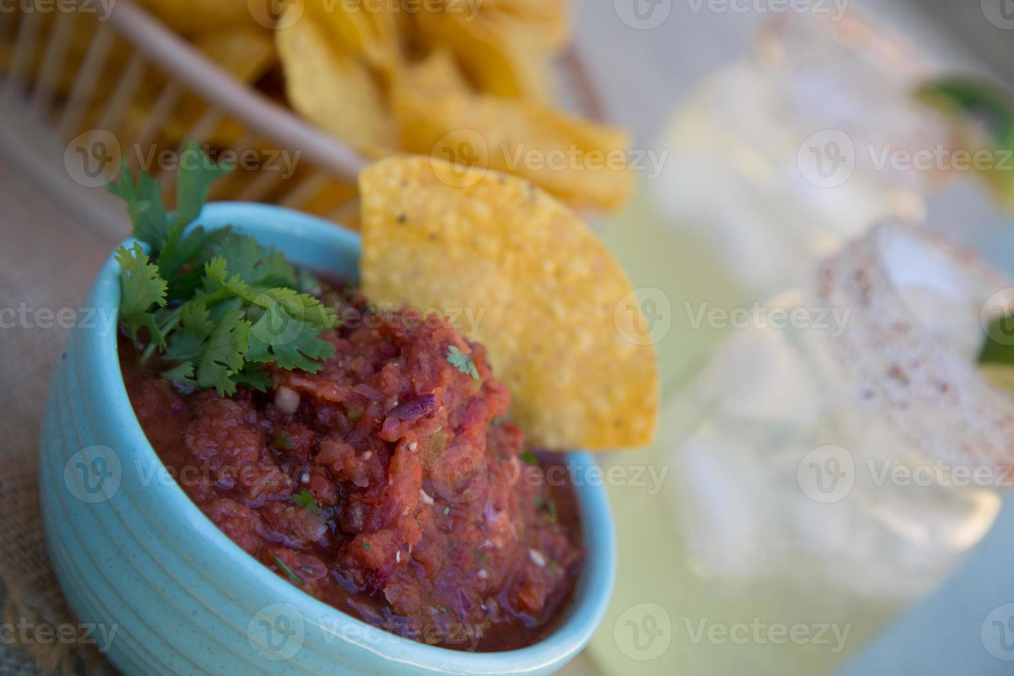chips en salsa met margarita's. foto