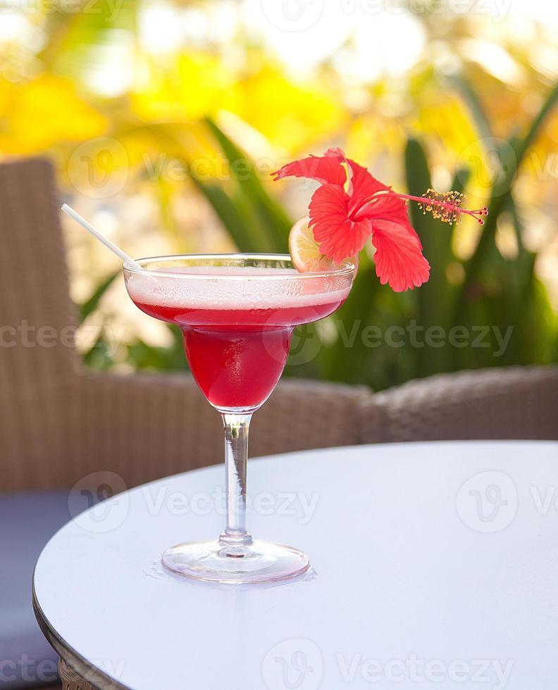 alcohol margarita cocktail met limoen en hibiscus bloem foto