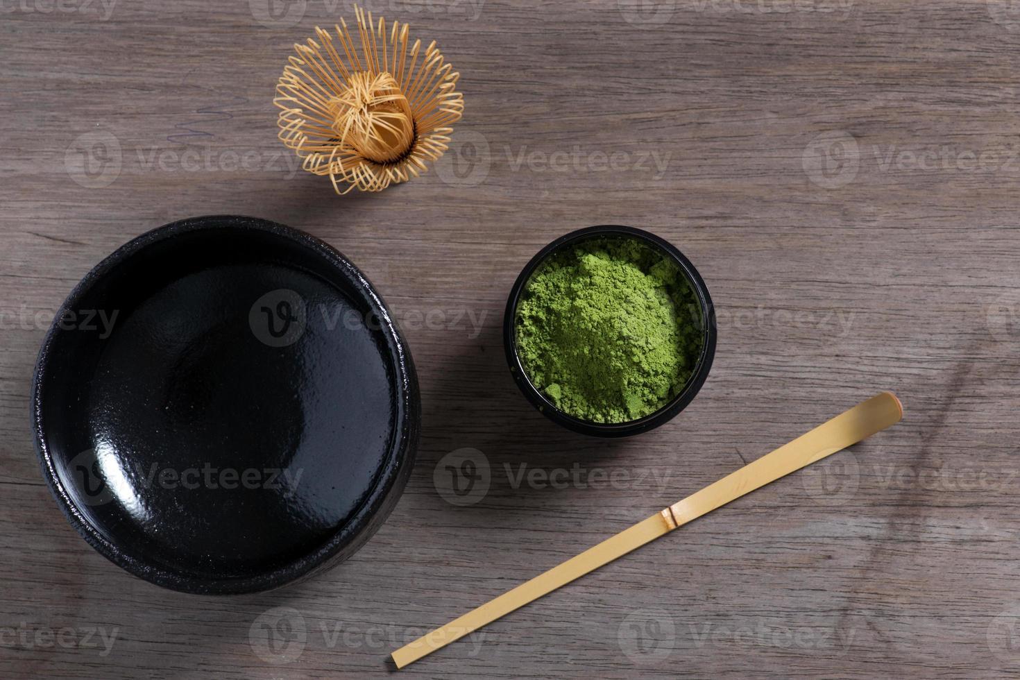 Japanse theeceremonie die op houten bank plaatst. foto