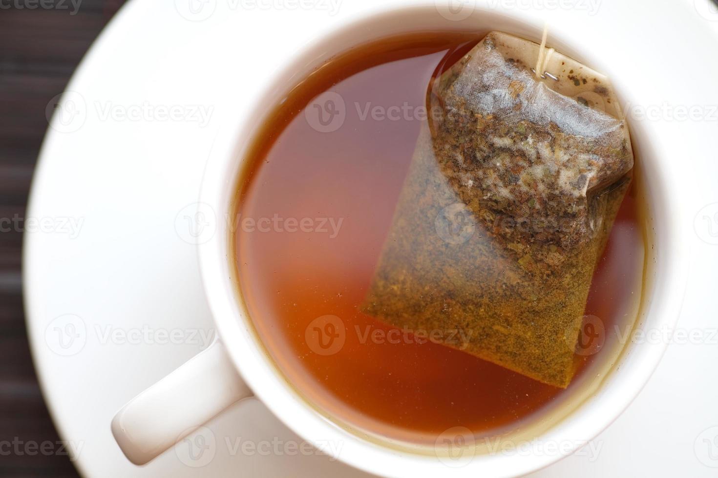 kopje thee met piramide theezakje foto