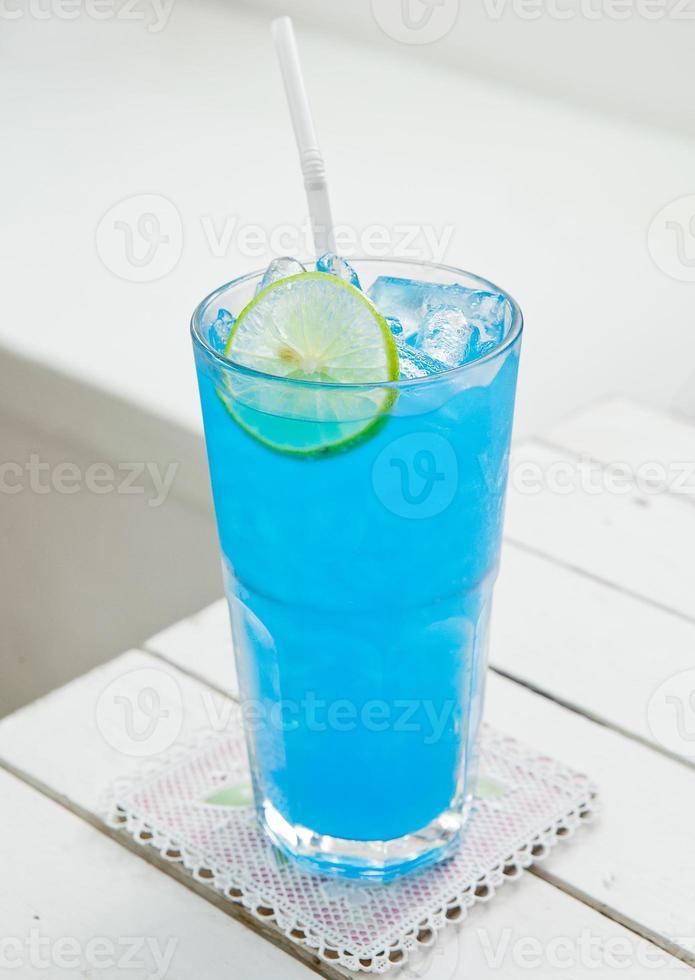 blauwe cocktail op witte tafel foto