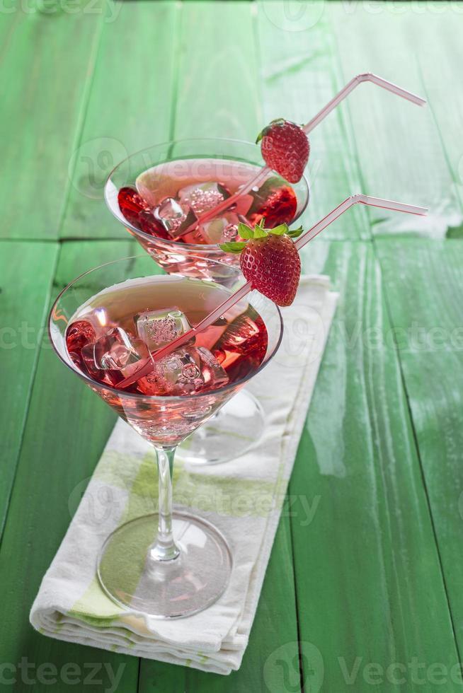 rode martini-cocktail met aardbei foto