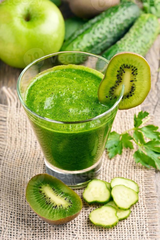 smoothie met kiwi, komkommer, appel foto