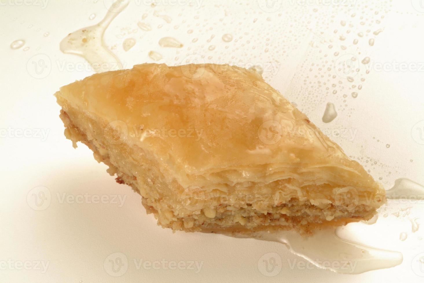 baklava zoet gemaakt met honing en pistachenoten foto