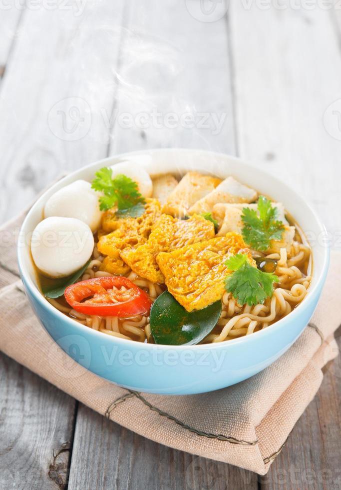 pittige curry instant noodles. foto