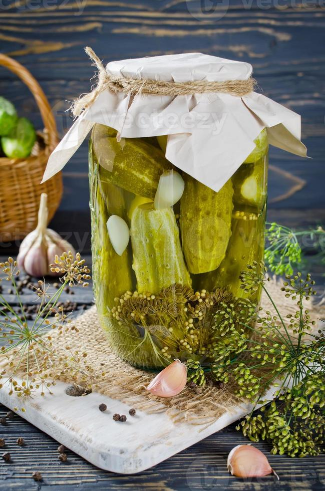 ingelegde komkommers foto