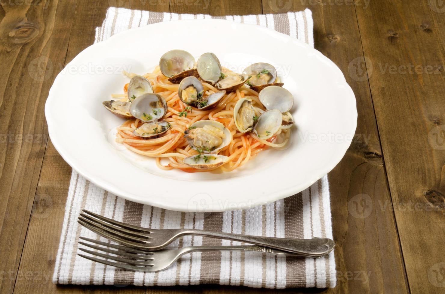 clam met spaghetti en tomatensaus foto