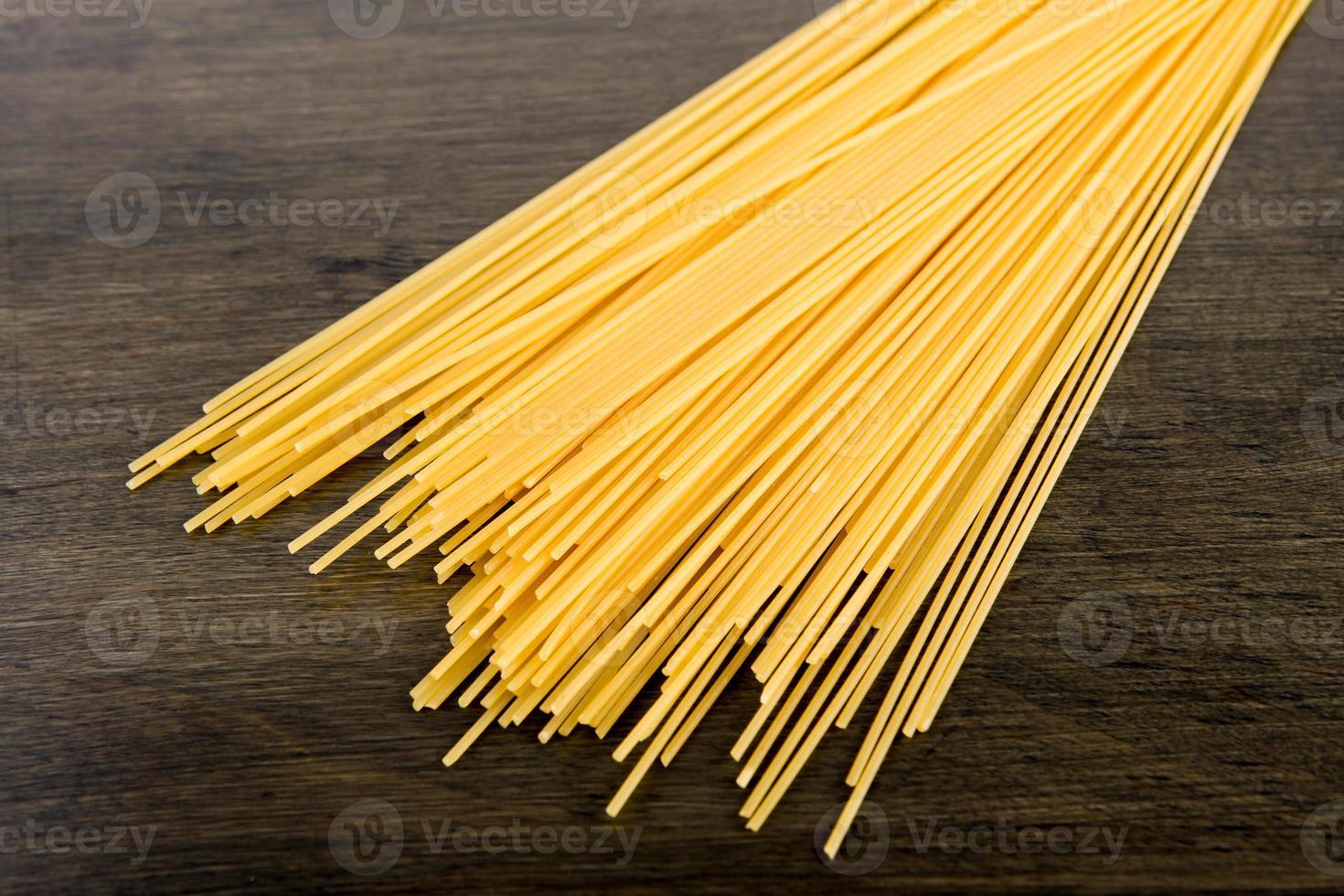 Italiaanse spaghetti op een houten bord foto
