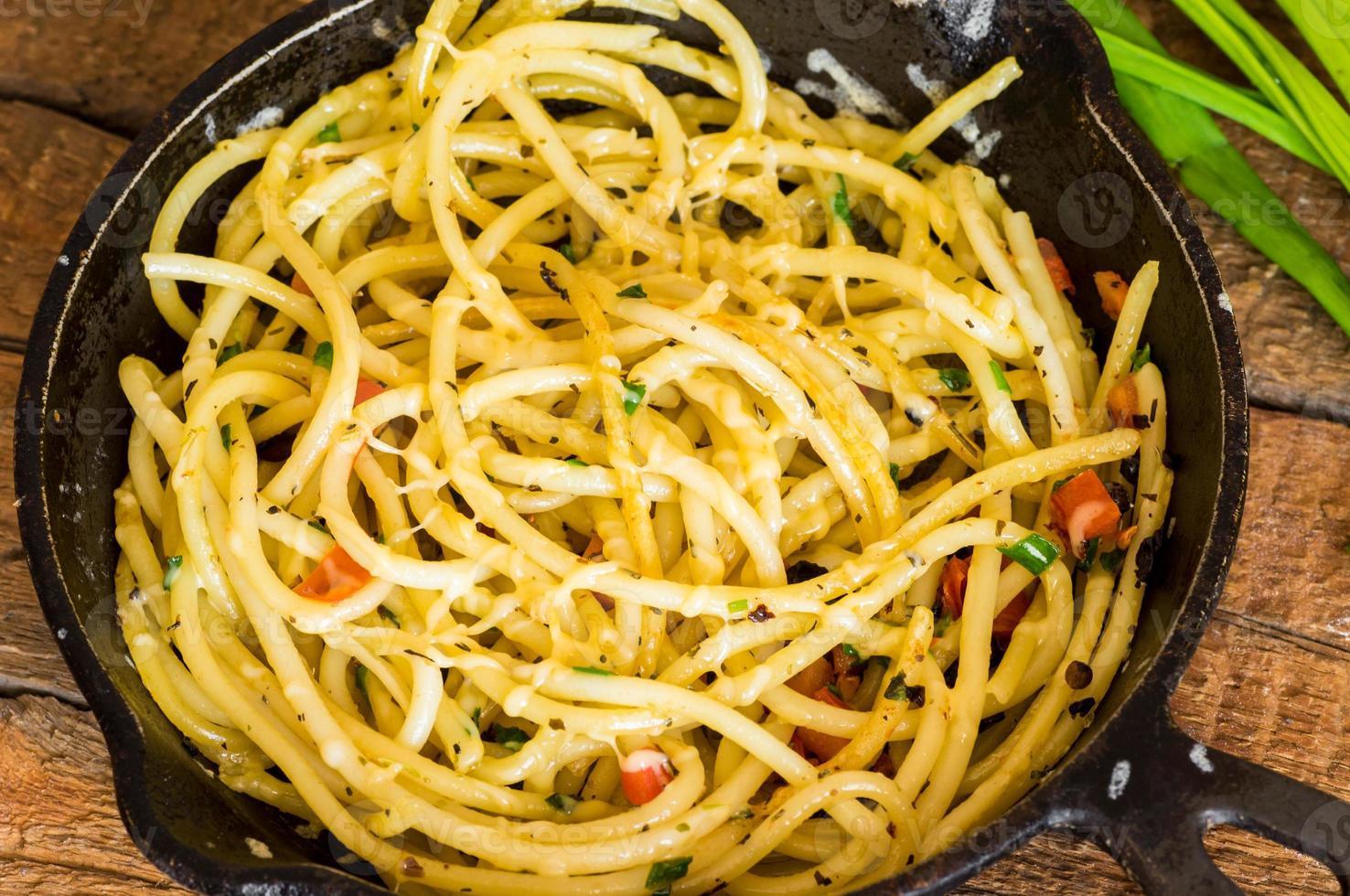 koekenpan met gebakken pasta foto