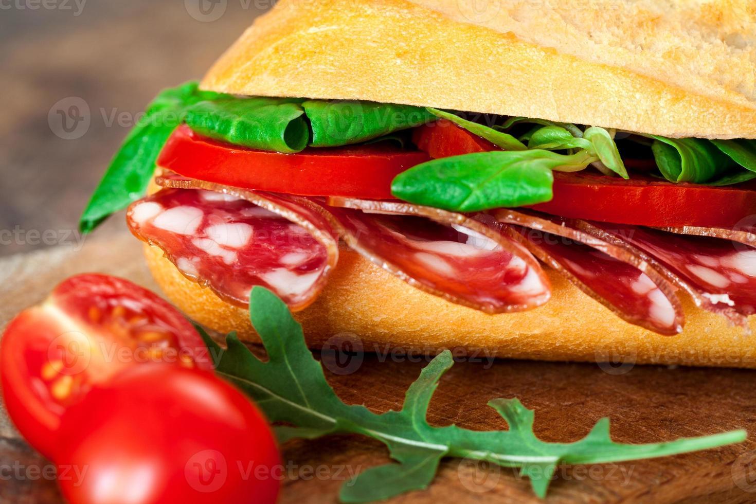 stokbrood sandwich met pepperoni foto