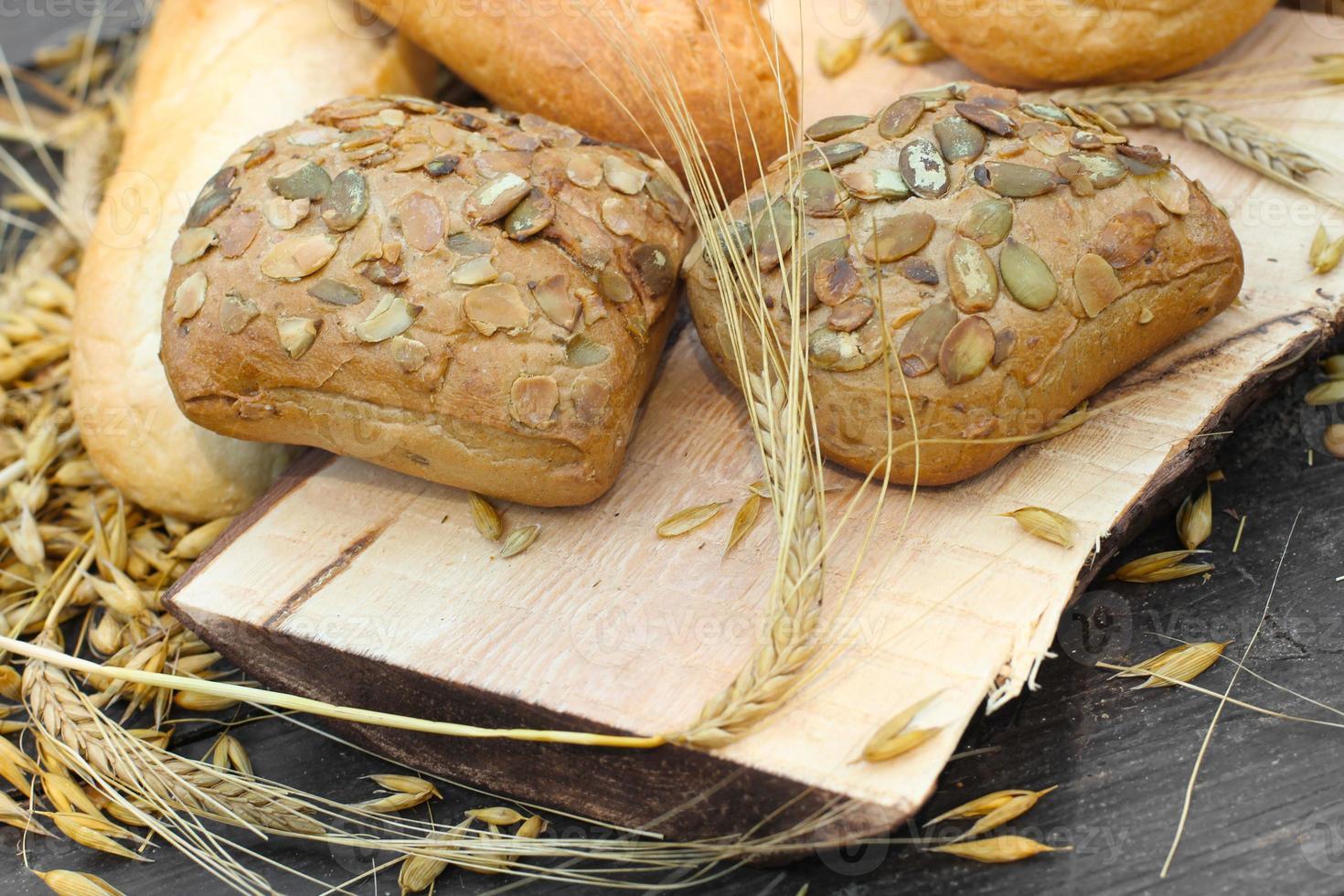 soorten brood op een houten tafel foto