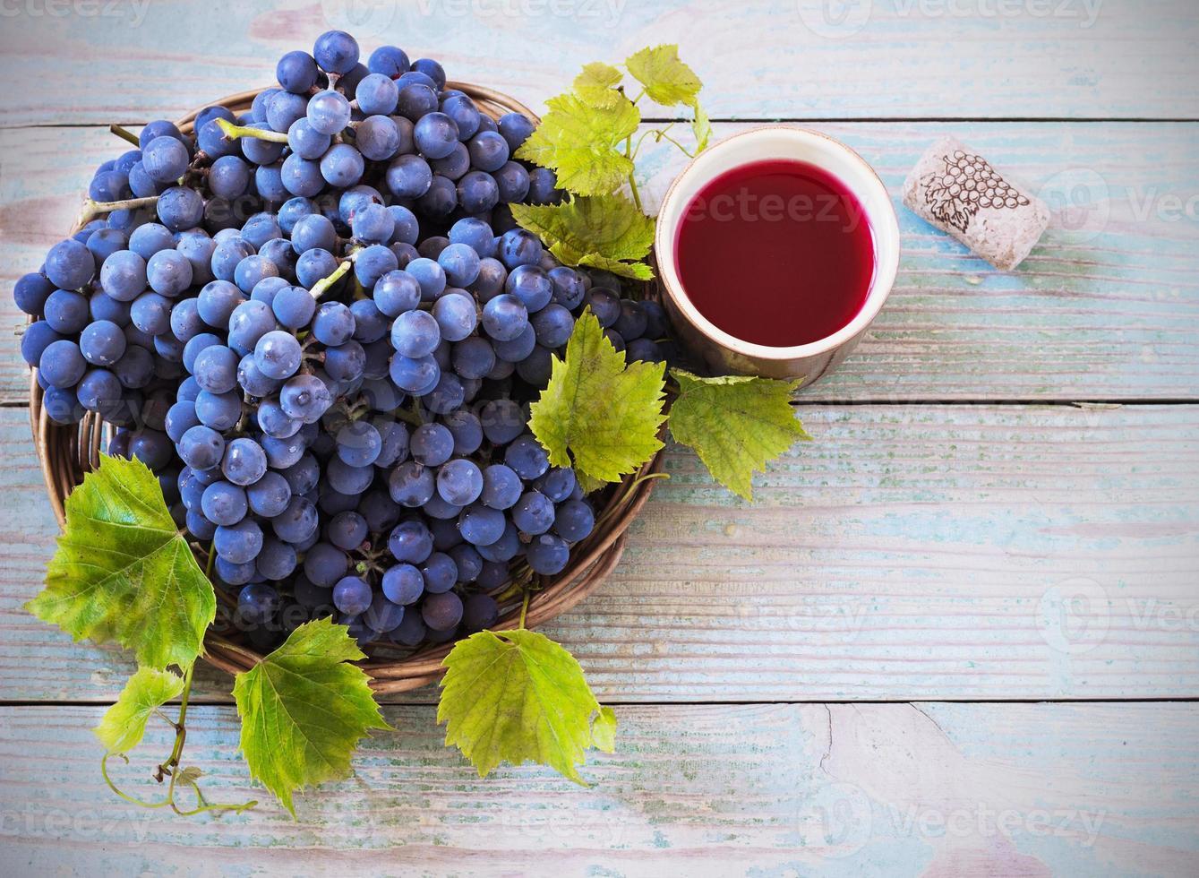 rode wijn en druiven in vintage setting foto