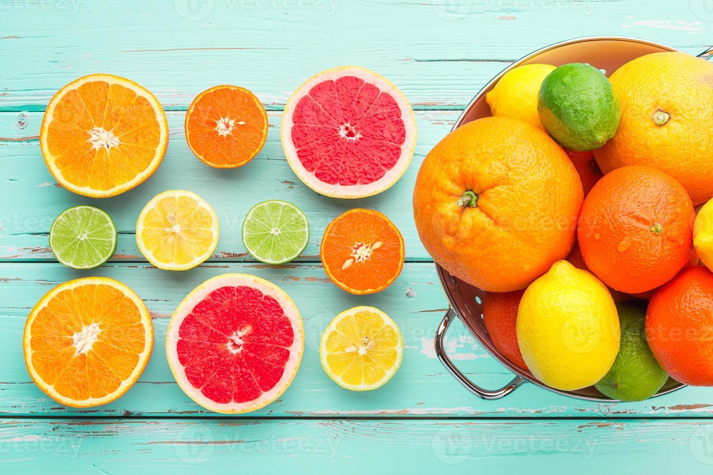 citrusvruchten in retro vergiet. foto