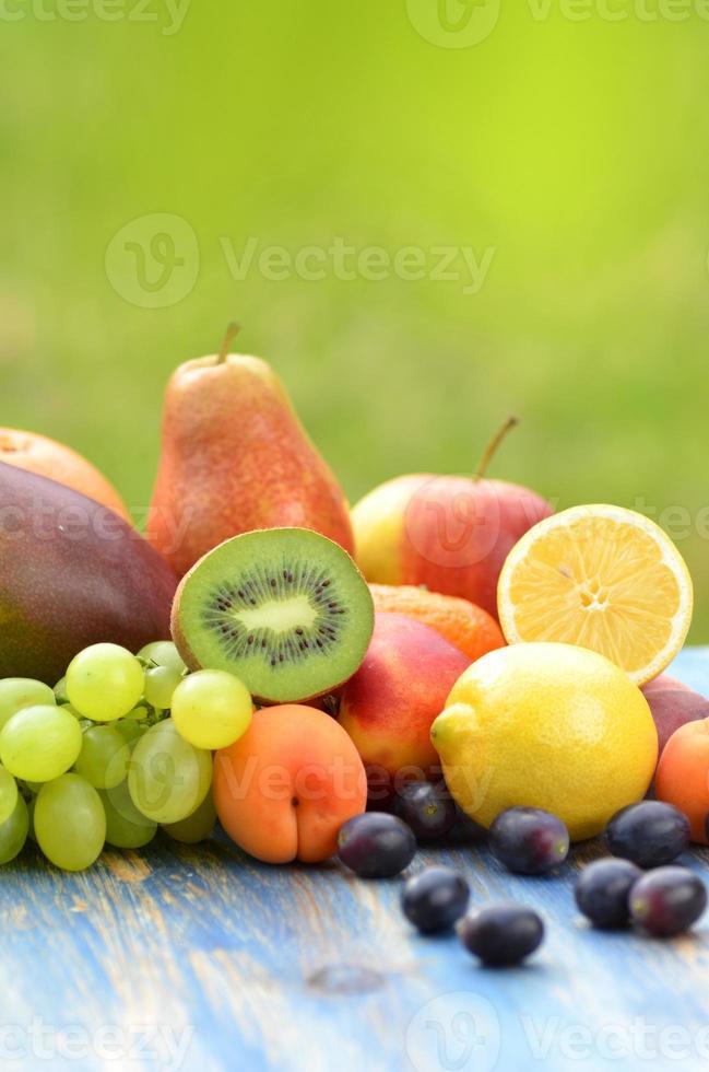 verscheidenheid aan fruit op tafel in de tuin foto
