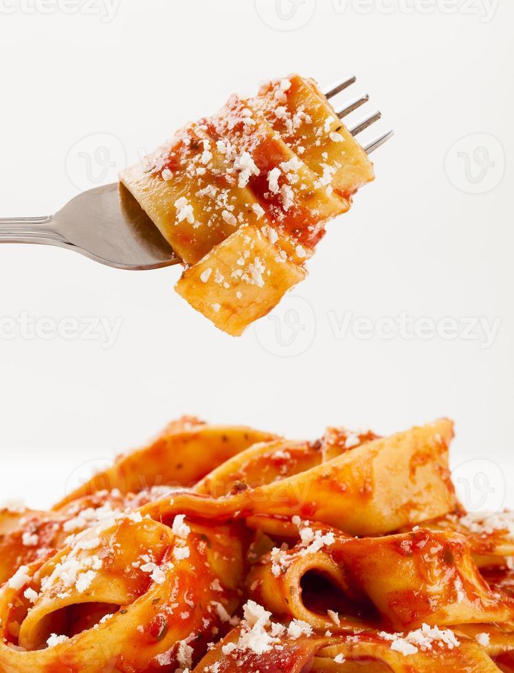 pasta tagiatelle met tomaat foto