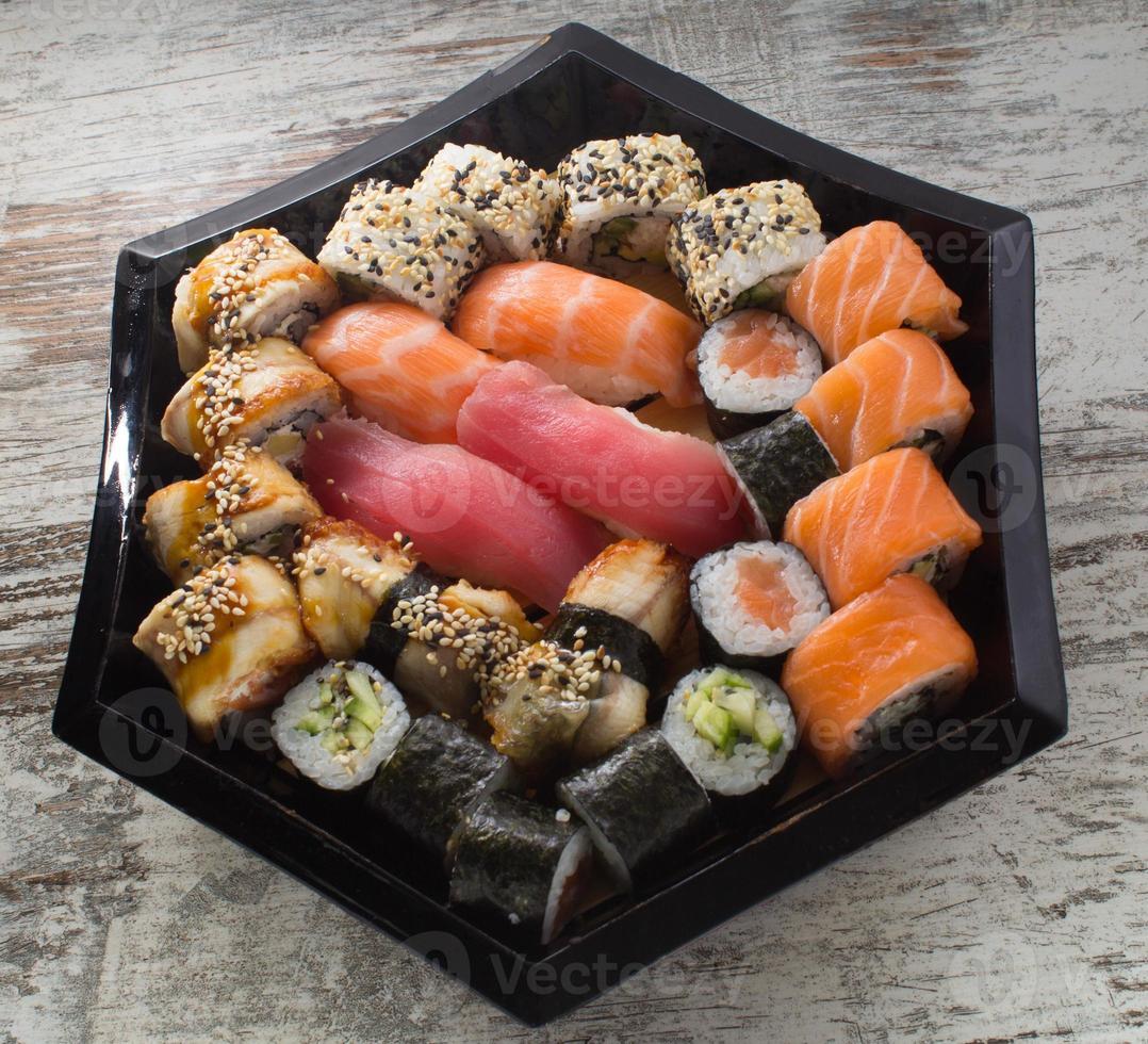 sushibroodje dat op witte achtergrond wordt geïsoleerd foto