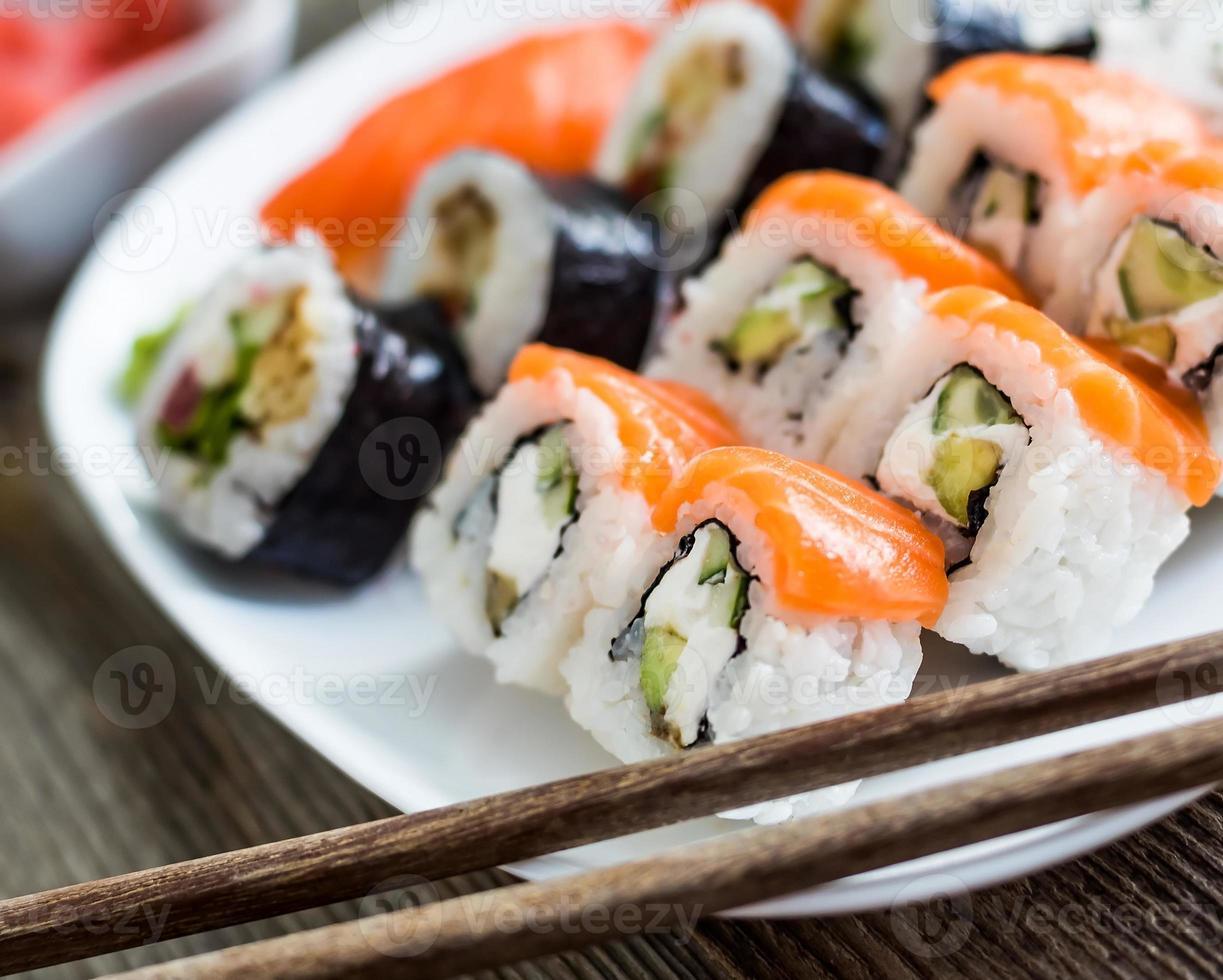 verschillende sushi op een witte plaat foto