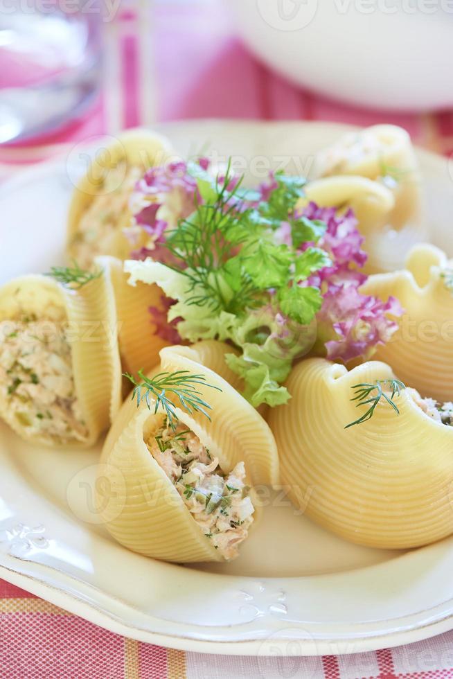 lumaconi pasta met gebakken zalm, augurken en kappertjes foto
