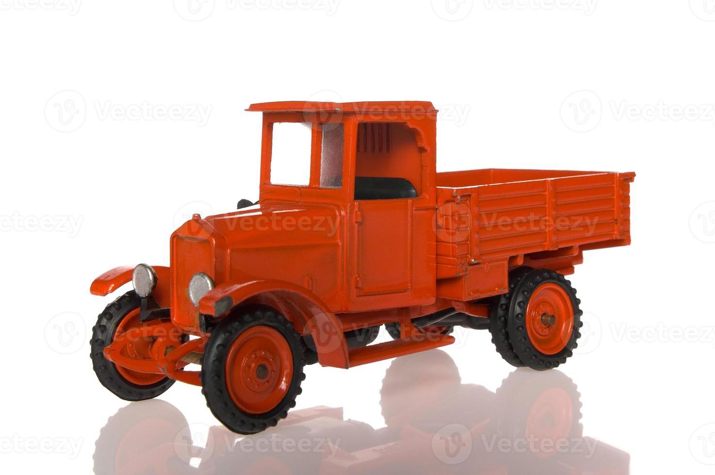 rode speelgoed vrachtwagen foto