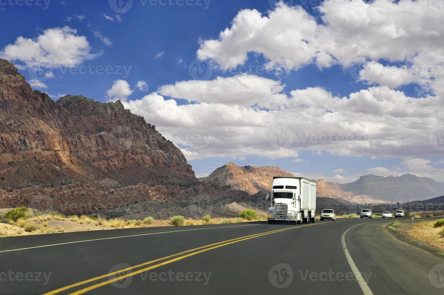 vrachtwagenchauffeur op de weg foto