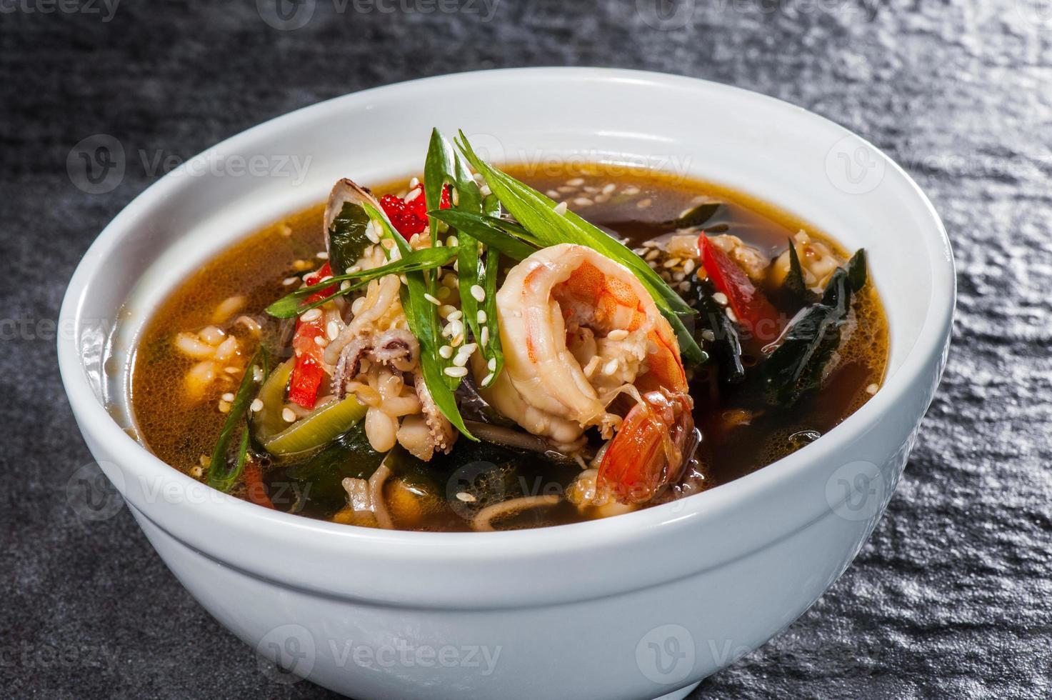 Japanse soep met zeevruchten foto