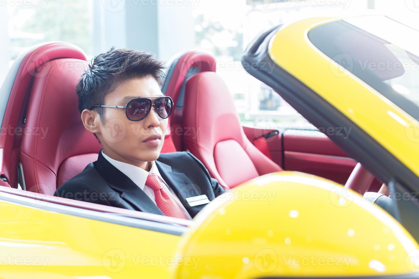 Aziatische vrouw die nieuwe sportwagen test foto