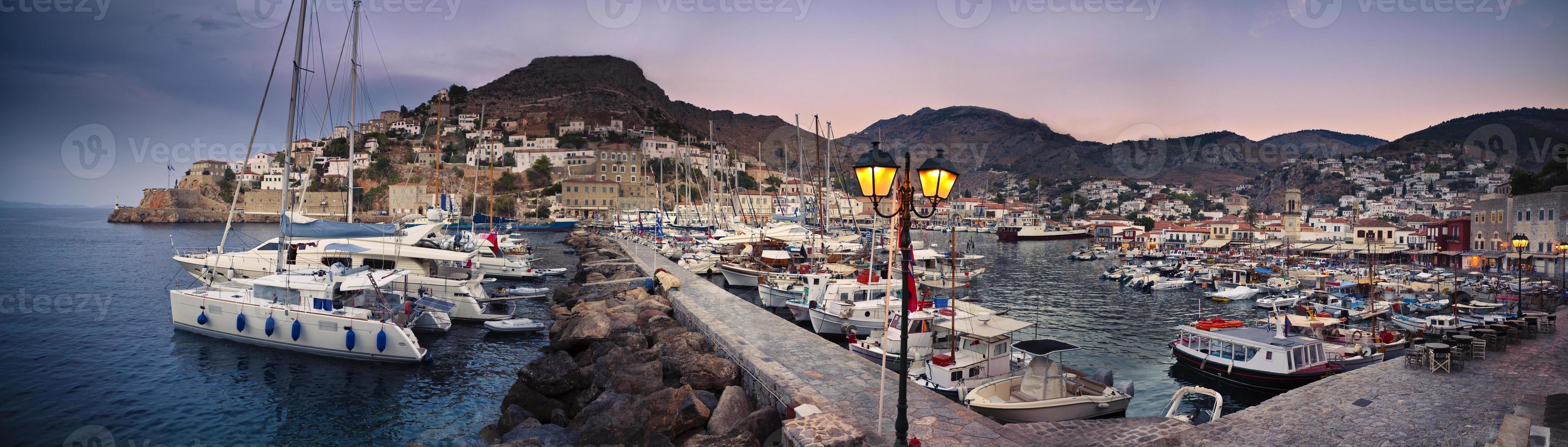 zonsondergang op de haven van Hydra foto