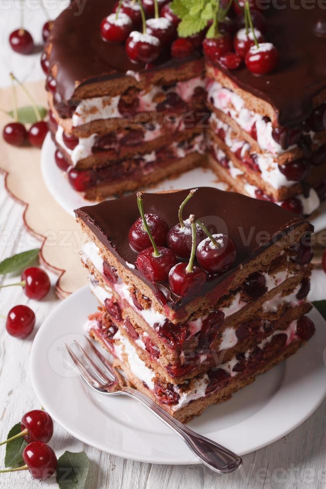 smakelijke kersencake met chocolade en room verticaal bovenaanzicht foto