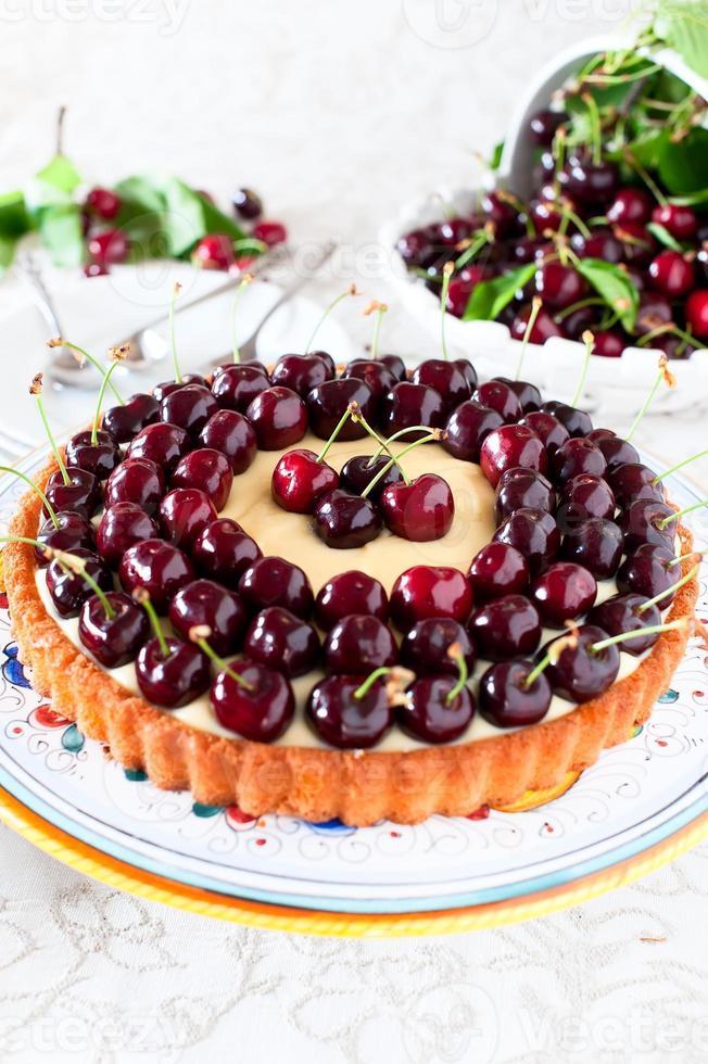 fruitcake met zoete kersen en custard. foto